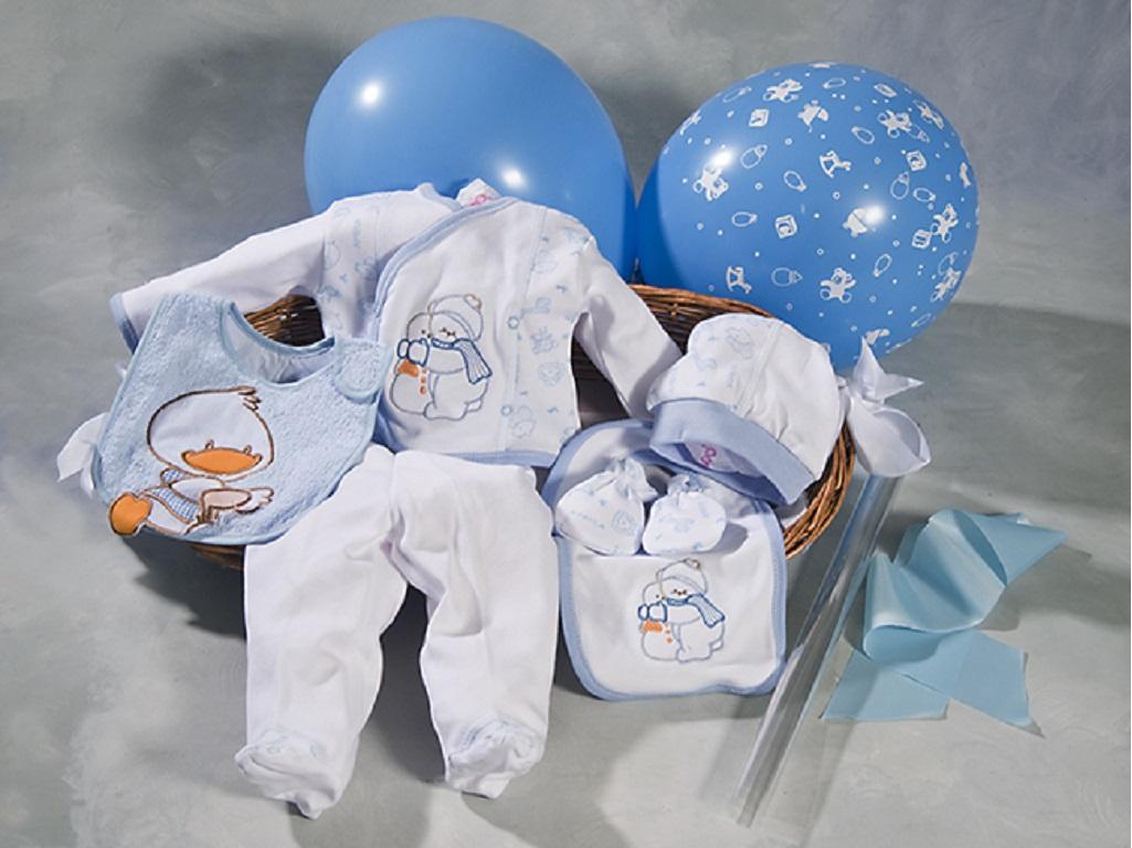 cesta de bebes con pijama, gorro, manoplas, baberos, envuelta con celofan y lazada y entregada con globos