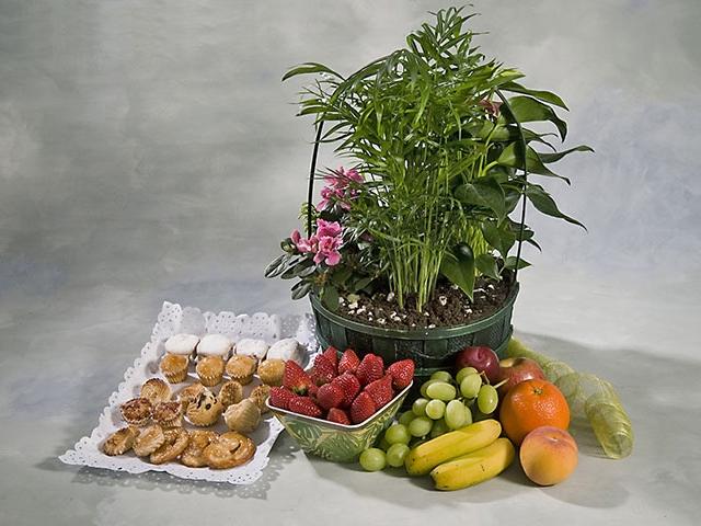 Comprar cestas de dulces y frutas para regalar en nuestra tienda online.