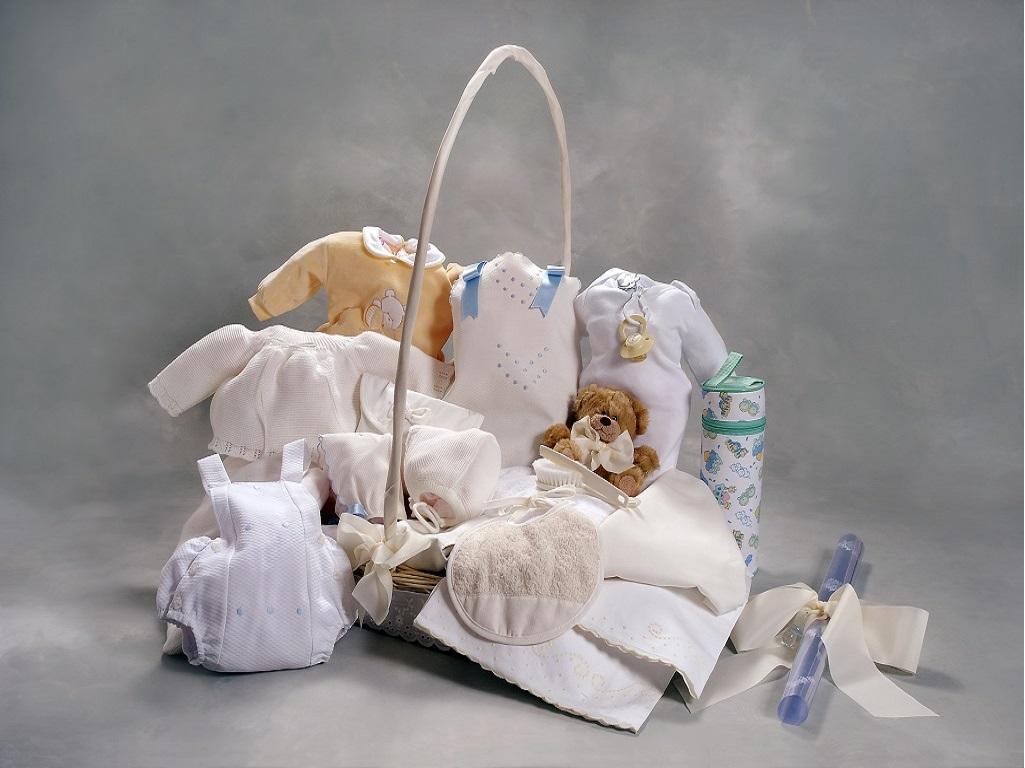 Cesta para bebe completa y con articulos de calidad. capa de baño, pijama, oso peluche, pinza chupete plata, babero, neceser, cepillo y peine